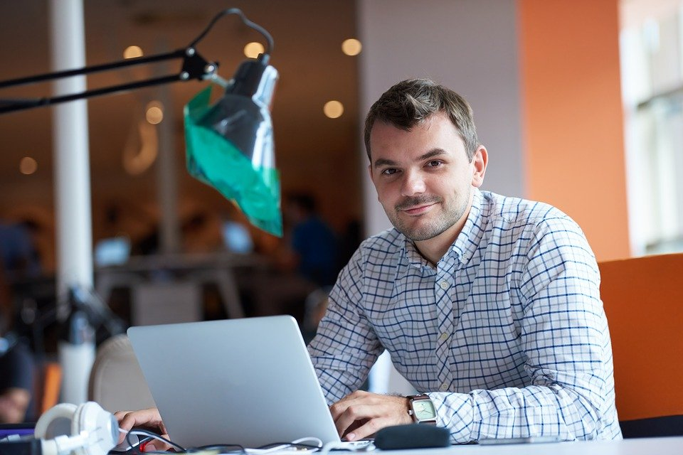 Man-med-laptop